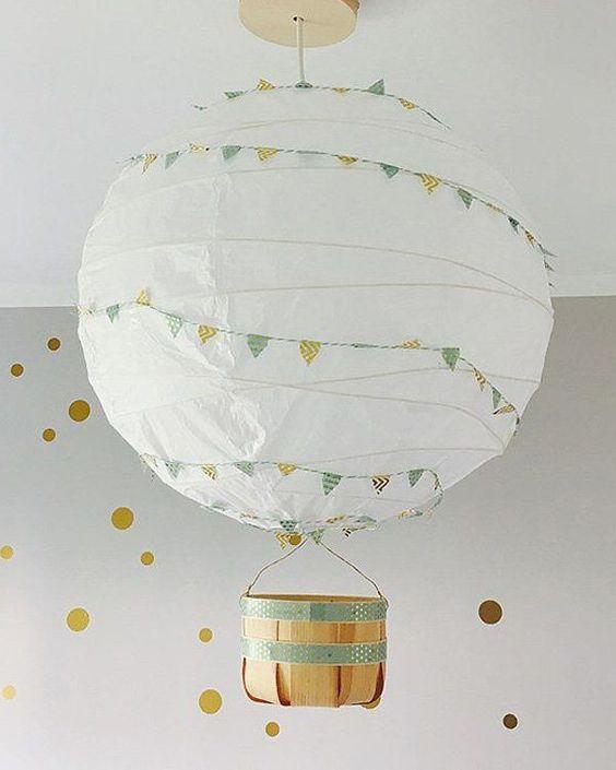 un paralume IKEA Regolit con stamina colorata e un piccolo cesto costituisce una splendida lampada a mongolfiera