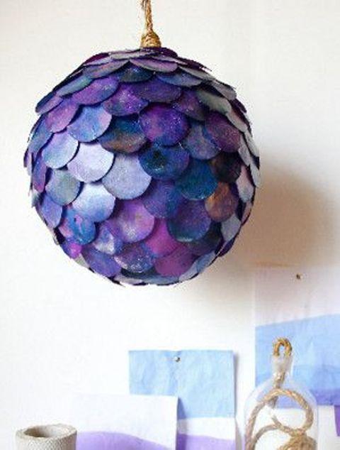 una lampada a sospensione colorata a forma di pesce realizzata con un paralume IKEA Regolit sembra semplicemente mozzafiato
