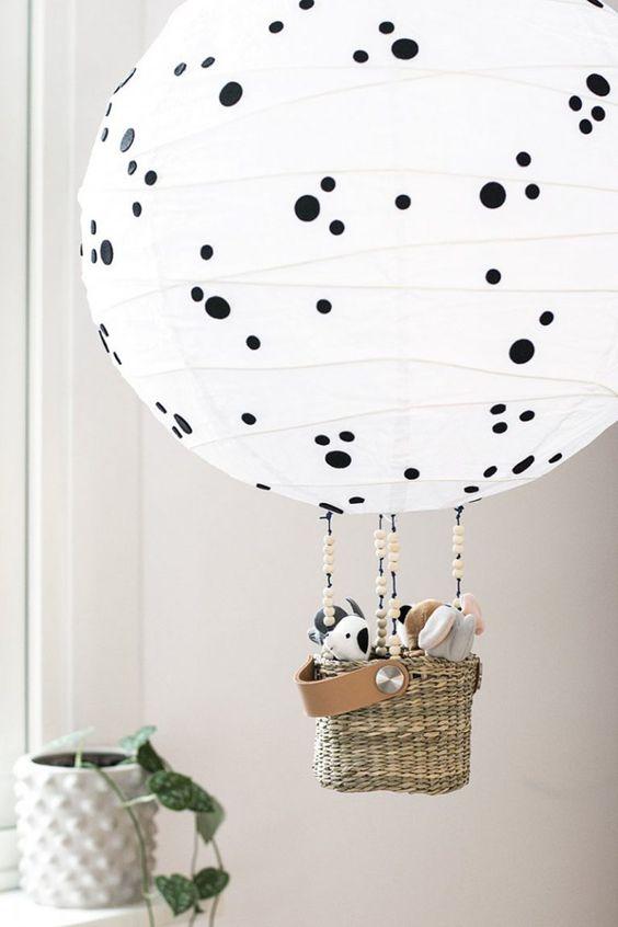 un paralume Regolit trasformato in una lampada a mongolfiera con pois e giocattoli nel cesto
