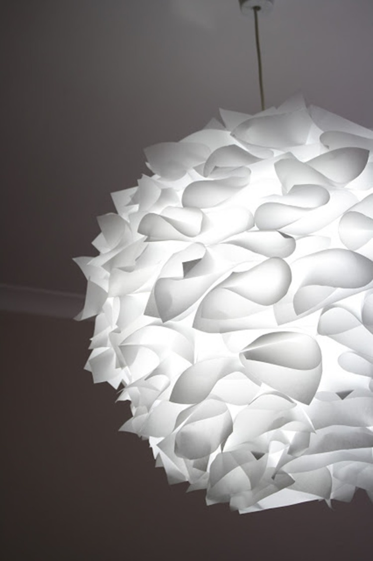 una lampada a sospensione creativa di un paralume IKEA Regolit e alcune decorazioni di carta in cima