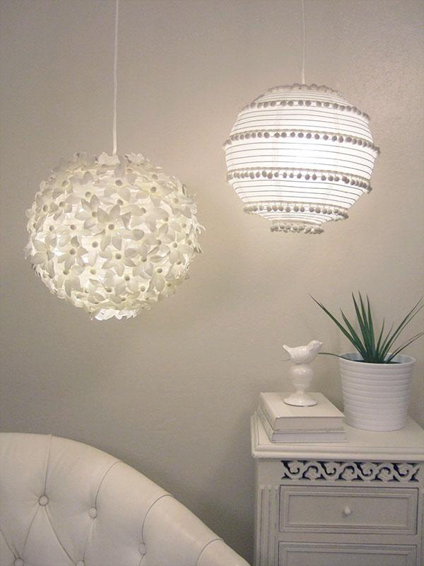 un duo di lampade a sospensione chic, una fiore e una boho pompon, entrambe realizzate con paralumi IKEA Regolit