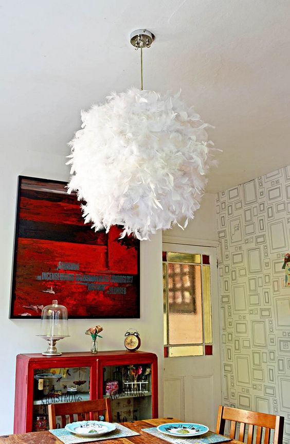 un paralume in piuma realizzato con un paralume IKEA Regolit per aggiungere un tocco di glamour e morbidezza al tuo spazio