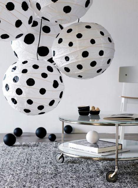 un divertente gruppo di lampade con pois neri realizzato con paralumi IKEA Regolit per aggiungere divertimento al tuo spazio