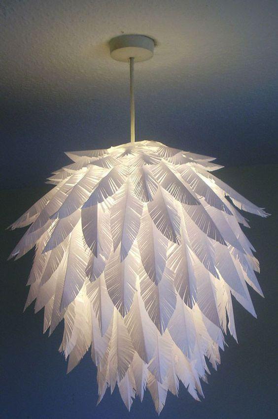 un'elegante lampada a sospensione con piume di carta realizzata con un paralume IKEA Regolit è un fantastico fai-da-te