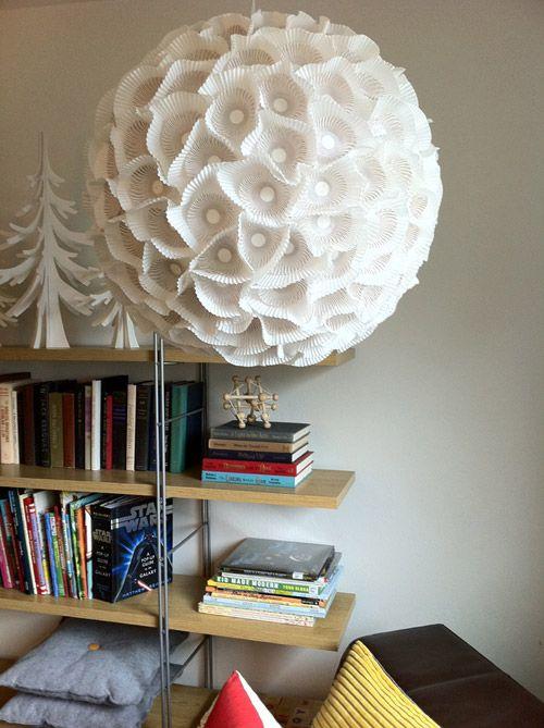 una scultorea lampada a sfera di carta composta da un paralume IKEA Regolit e alcune linee di cupcake
