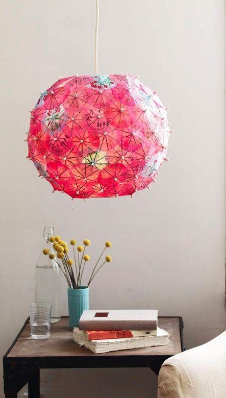 un paralume Regolit abbellito per l'estate con ombrelloni colorati da cocktail, così carini e rilassanti