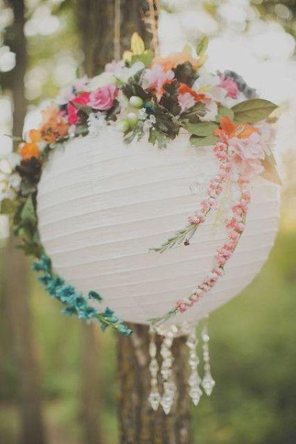 una graziosa decorazione da giardino di un paralume Regolit, alcuni cristalli e fiori finti e verde