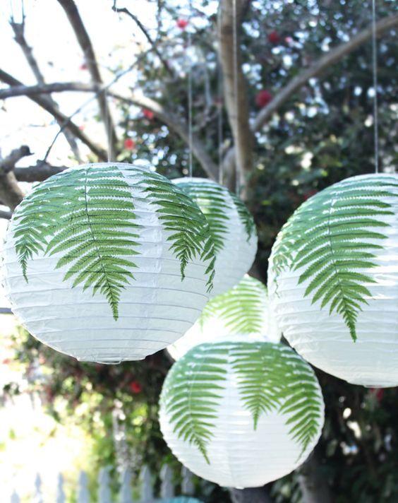 personalizza il tuo spazio esterno appendendo tali paralumi Regolit decorati con vere foglie di felce