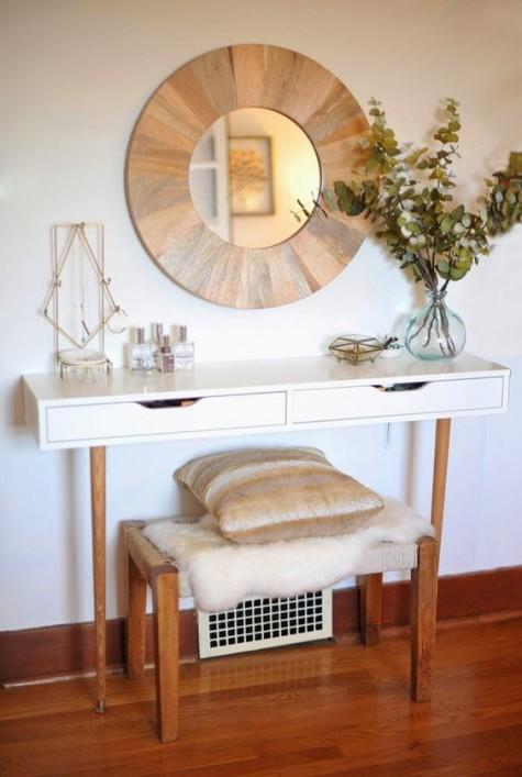 un rifacimento chic di un'unità Ekby Alex in un piccolo lavabo con gambe in legno, uno specchio in una cornice di legno e una panca abbinata