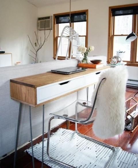 una scrivania moderna e sottile con un rivestimento in legno costituito da una mensola Ekby Alex e gambe a forcina non occuperà molto spazio