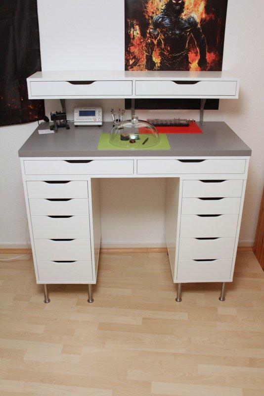 una scrivania Alex realizzata in piedi con sopra un'unità aggiuntiva Ekby Alex
