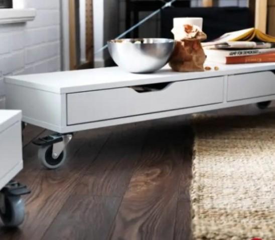 una mensola su rotelle Ekby Alex può diventare un tavolino rotante per un soggiorno moderno
