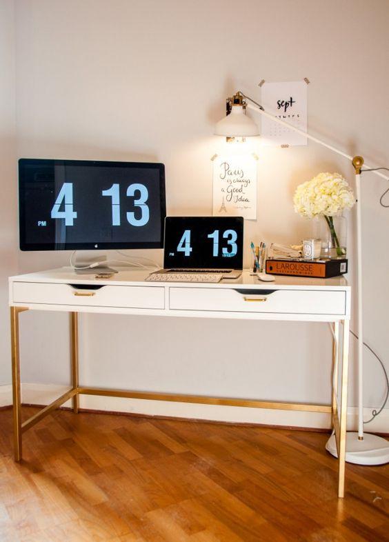 un'elegante scrivania moderna di un'unità Ekby Alex, appendiabiti dorati e una base della gamba dorata per un ufficio contemporaneo