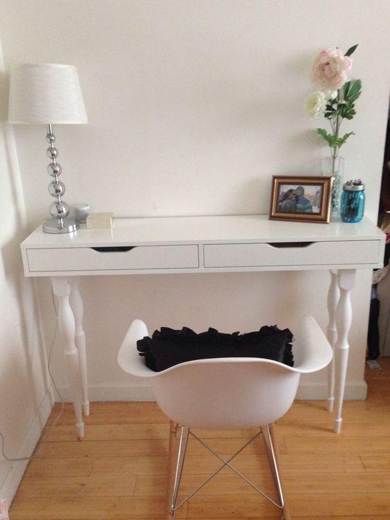 uno scaffale Ekby Alex inciso in una vanità con gambe vintage e una sedia bianca abbinata per un piccolo angolo per il trucco