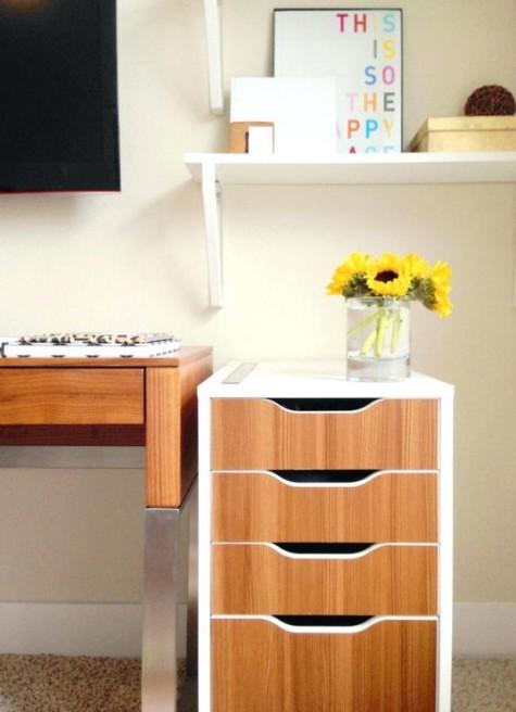 un'unità IKEA Alex può essere decorata con carta da contatto in legno per sembrare più fresca e accogliente