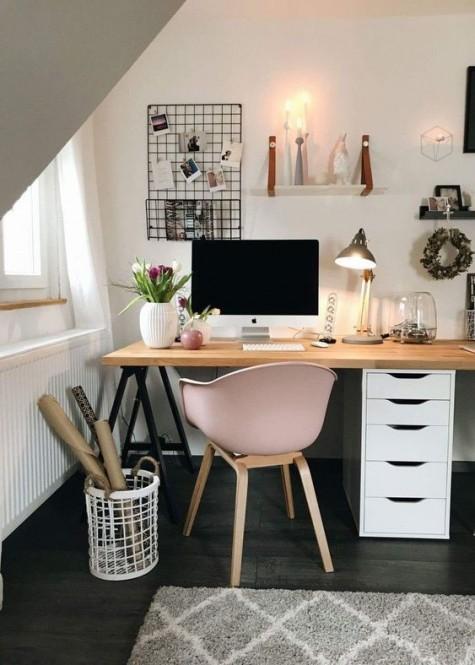 una scrivania moderna e comoda composta da un'unità IKEA Alex, gambe a cavalletto nere e un piano del tavolo in legno è un'idea interessante