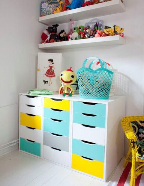 un audace contenitore per lo spazio dei bambini composto da tre cassetti Alex rinnovati con carta adesiva turchese e gialla