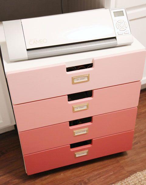 un comodo mobile contenitore per un ufficio in casa composto da un cassetto Alex con effetto ombre e ex libris