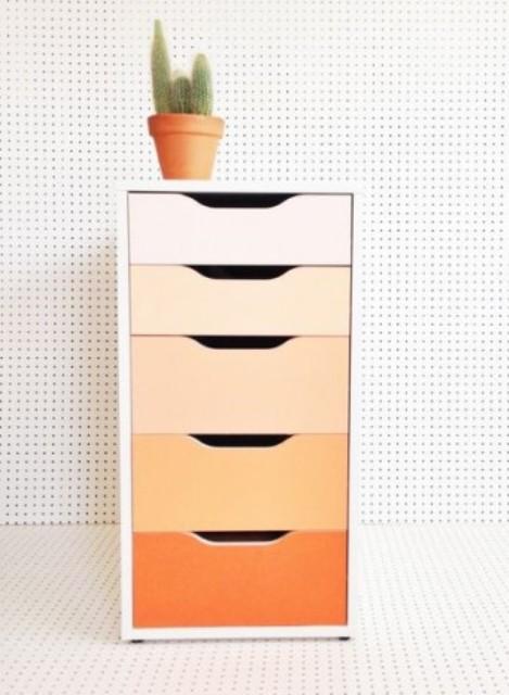 rinnova una cassettiera Alex con carta da contatto o vernici audaci creando un fantastico effetto ombre, qui dal rossore all'arancione