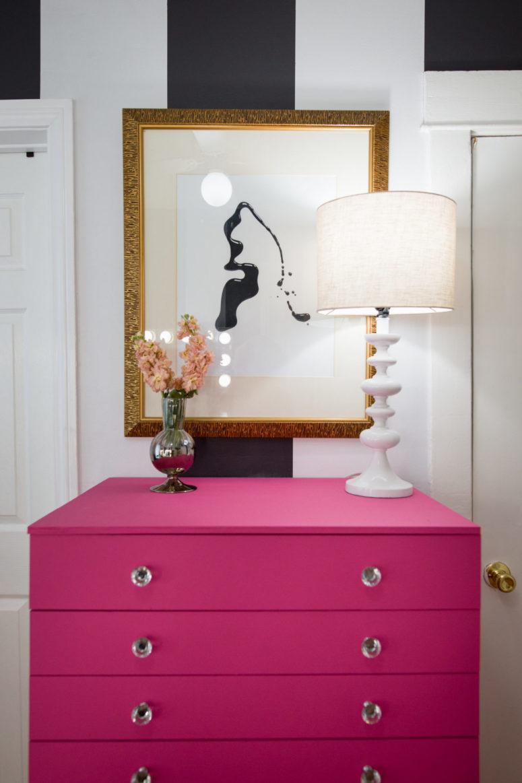 un comò rosa caldo composto da una cassettiera IKEA Alex con pomelli in vetro per uno spazio da ragazza