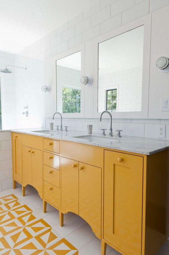 una vanità giallo sole con ritagli è un'idea semplice ma elegante con un piano di lavoro in pietra