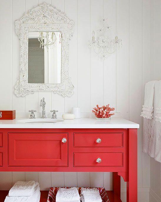 una vanità tradizionale rosso fuoco con tocchi d'argento è un'idea moderna raffinata e molto audace per un bagno