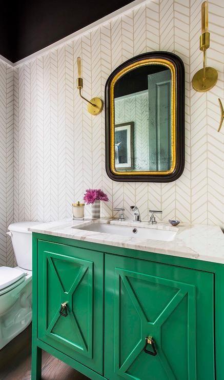 una vanità smeraldo con un ripiano in marmo bianco è un accento chic e luminoso in bagno