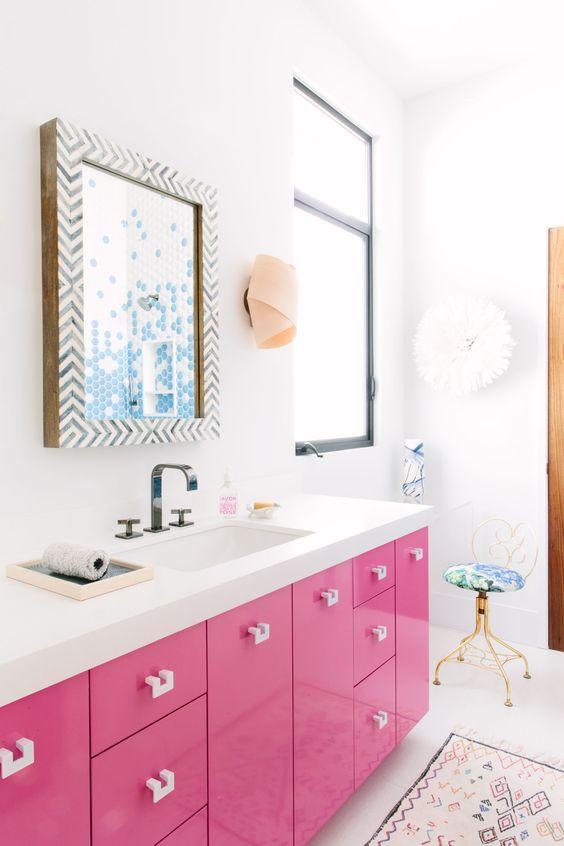 una vanità rosa brillante è un'idea divertente e stravagante per un bagno da ragazza, adoro questo colore appassionato