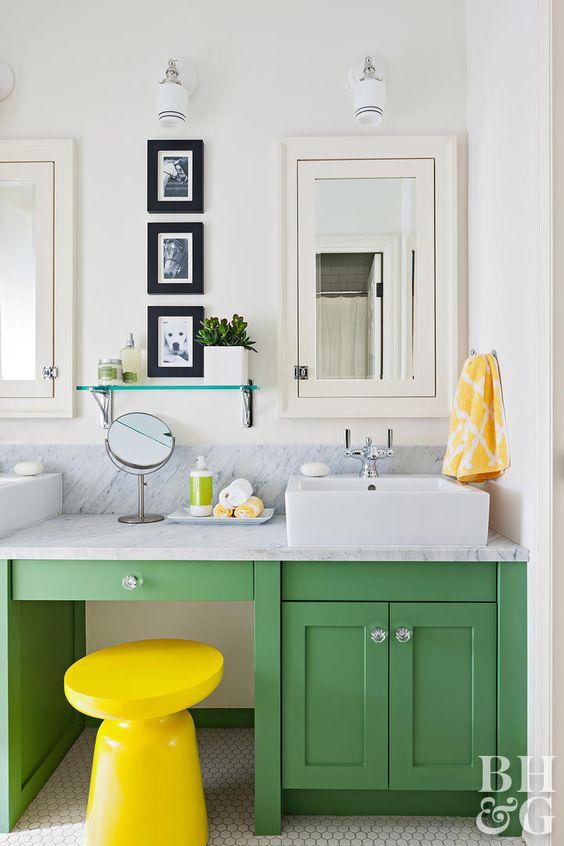 una vanità verde e uno sgabello giallo audace è una combinazione definitiva per un bagno contemporaneo