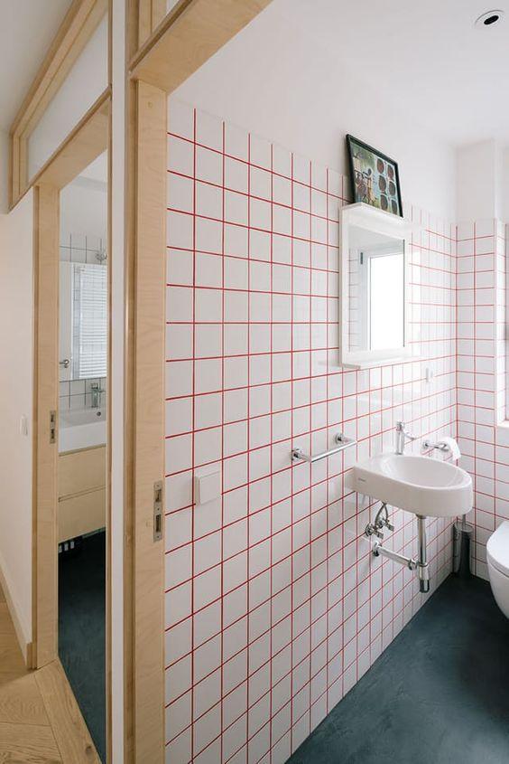 stucco rosa brillante e piastrelle bianche per un look moderno e audace nel tuo bagno