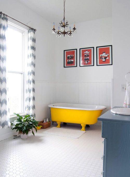 un accogliente spazio neutro con una vasca da bagno gialla audace: puoi dipingere su te stesso