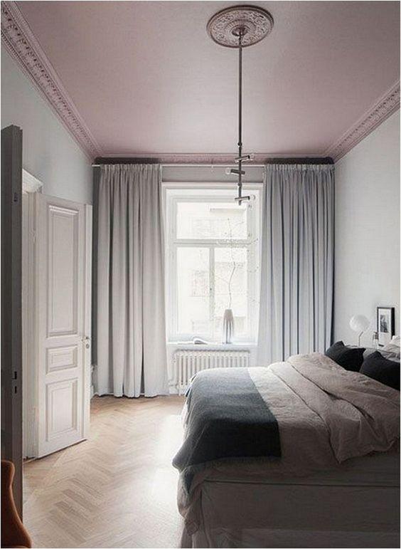 se il tuo spazio è così neutro, un soffitto rosa polveroso può essere una dichiarazione pastello audace che non rompe la combinazione di colori