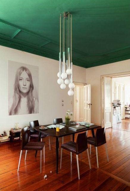una sala da pranzo con un soffitto verde smeraldo verde erba è una dichiarazione di colore audace che dà il tono