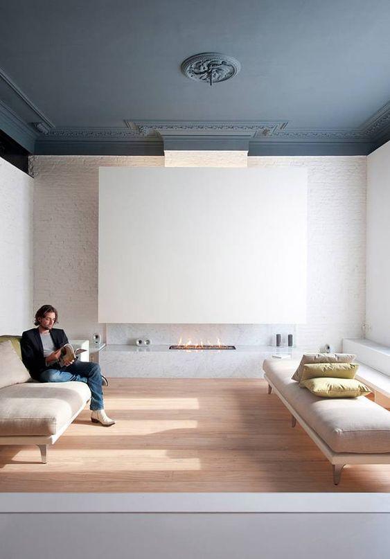 uno spazio neutro con un soffitto grigio grafite arricchito con modanature che fa una dichiarazione audace