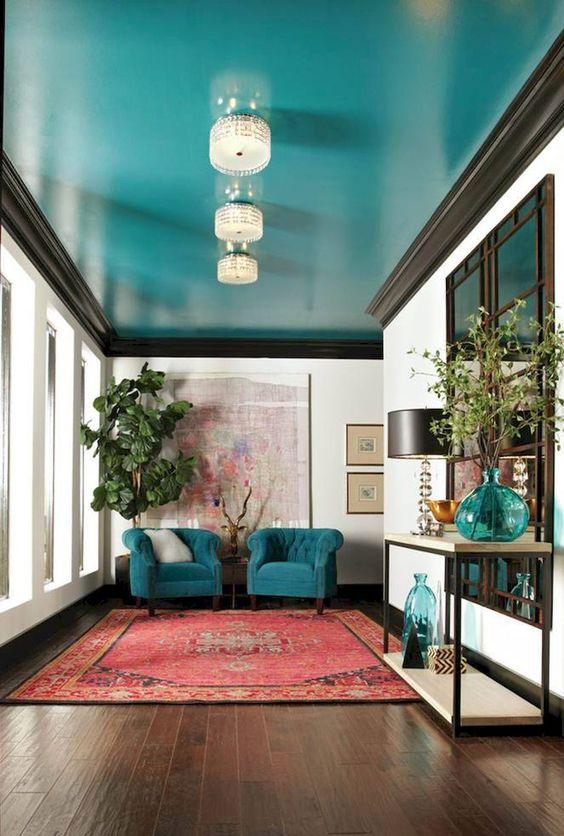 un soffitto turchese super luminoso e sedie e accessori abbinati sono una grande dichiarazione di colore nello spazio