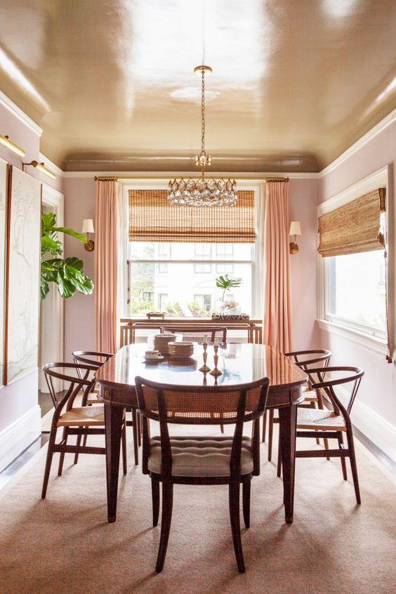 un soffitto della sala da pranzo in rame mantiene lo spazio dai colori caldi e pesca mentre aggiunge un tocco brillante ad esso