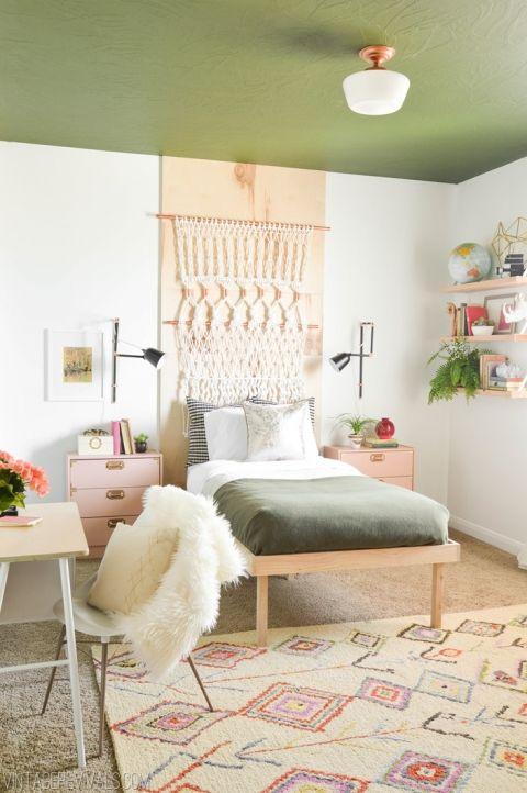 un soffitto verde erba è una bella idea per una camera da letto boho, aggiungi alcuni accessori che riecheggiano