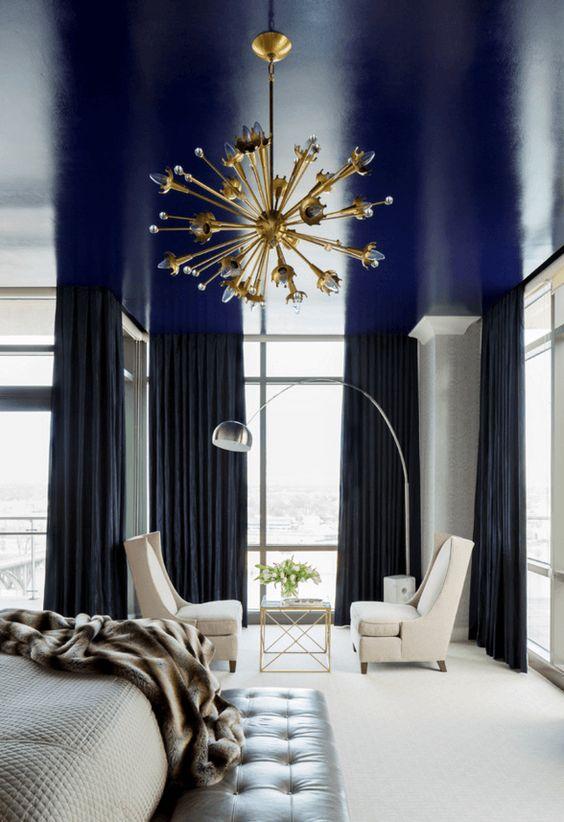 un soffitto blu scuro lucido è un modo fantastico per aggiungere un tocco di colore e un'atmosfera lunatica alla camera da letto monocromatica