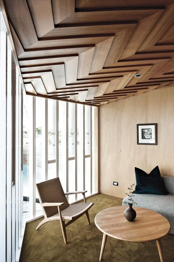 un soffitto rivestito in legno dimensionale con un motivo a chevron è un'idea audace con un tocco moderno: la geometria è molto tagliente