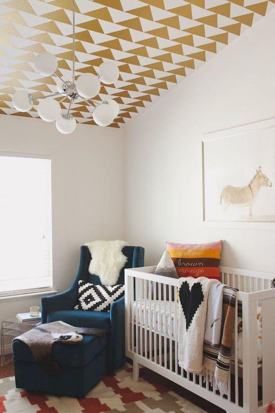 un soffitto geometrico in oro e bianco fatto con adesivi è un'idea facile per abbellire un asilo nido senza problemi
