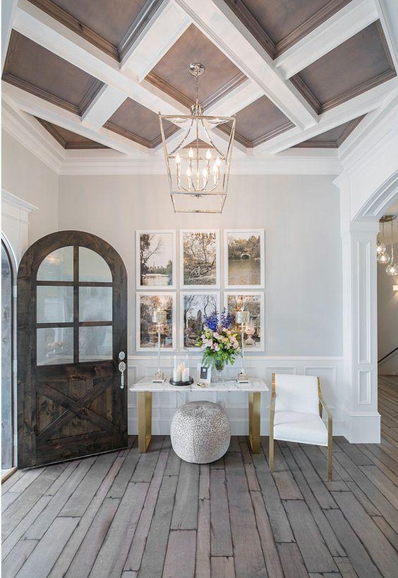 un soffitto a cassettoni marrone cioccolato e bianco aggiunge un tocco raffinato e chic all'ingresso e brilla un'eleganza senza tempo