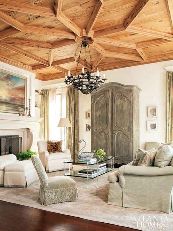 un soffitto in legno imponente fatto con un grande pezzo di legno geometrico è un tocco di decoro audace che stupisce