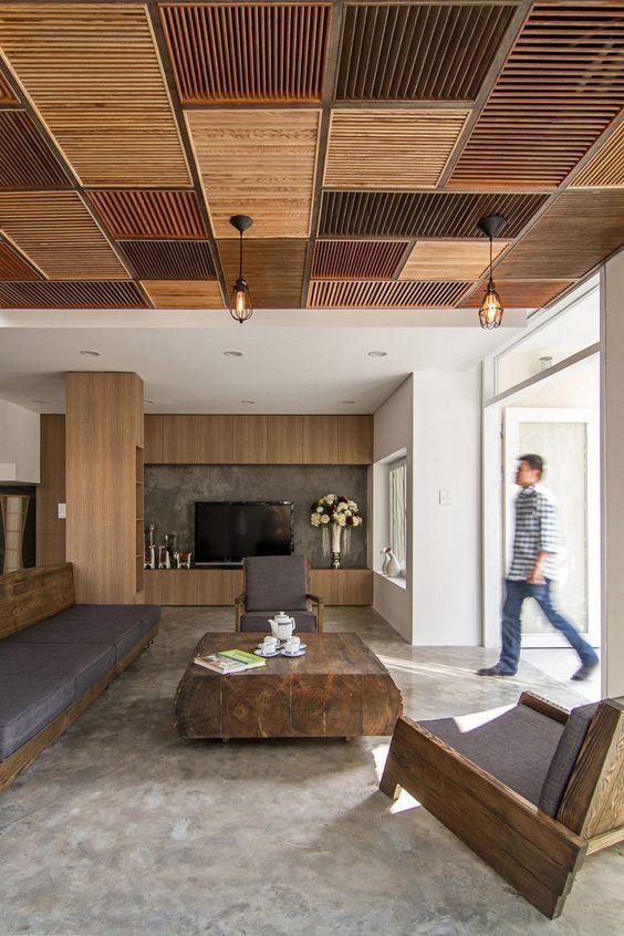un soffitto patchwork fatto di persiane in legno fatte in toni terrosi e tenui brigns che wow fattore per la stanza