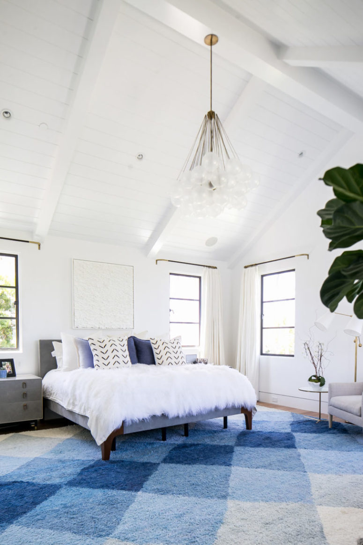La camera da letto principale è molto chic e accogliente, realizzata in blu e bianco con molta trama realizzata con tessuti