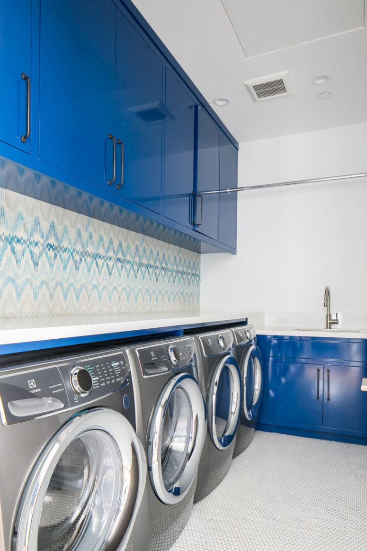 La lavanderia continua la combinazione di colori blu e bianco, che può essere visto in tutta la casa