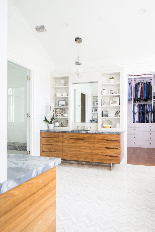 Il bagno principale è neutro, con ripiani in marmo