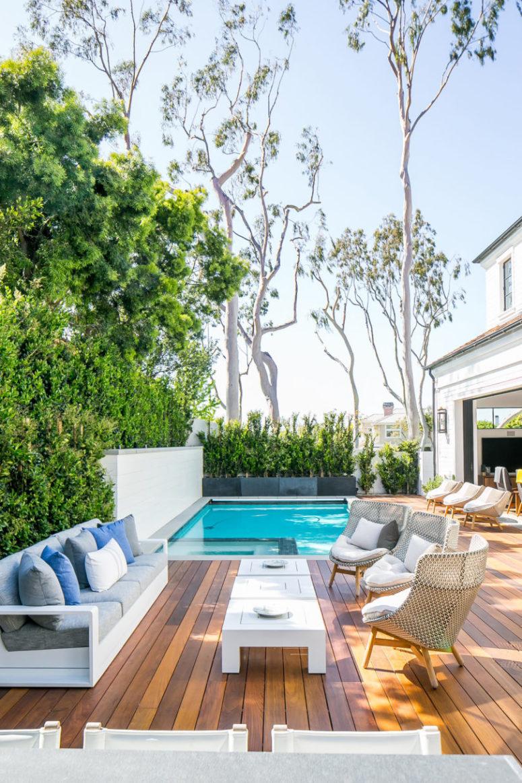 C'è una piscina e una terrazza per trascorrere un bel momento