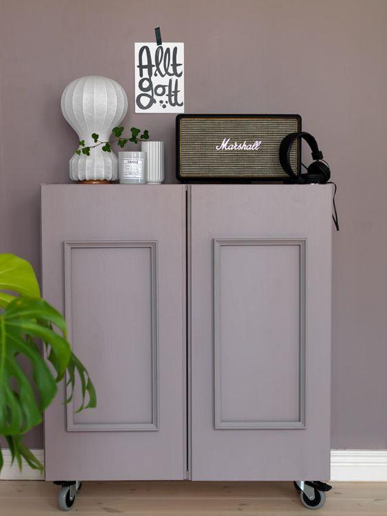 Armadio IKEA Ivar realizzato con pannelli, verniciato lilla polveroso e posizionato su ruote per un tocco vintage