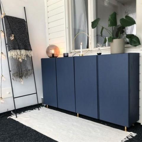Gli armadi IKEA Ivar dipinti in blu marino e con le gambe dorate sembrano chic ed eleganti, con un tocco moderno