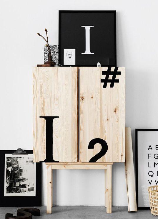 un mobile IKEA Ivar decorato con tipografia nera sembra molto audace e moderno
